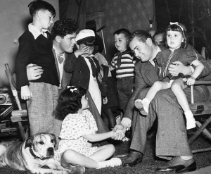 Vittorio Mussolini a Hollywood nel 1937, con i giovani attori delle comiche di Hal Roach