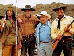 """Gian Luigi Bonelli con Giuliano Gemma e gli altri del cast del film """"Tex e il Signore degli Abissi"""", diretto da Duccio Tessari nel 1985"""