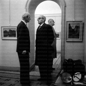 Dall'Archivio LUCE, Guglielmo Emanuel nel Dopoguerra, accoglie i visitatori a una mostra di quadri