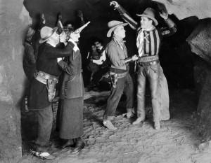 Fermo immagine da un film western americano degli anni Dieci (epoca del muto). Il classico abbigliamento precipita nei fumetti fin da subito!