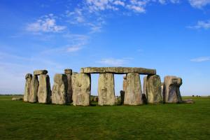 """Stonehenge, in Inghilterra. La sua struttura megalitica ricorda molte costruzioni e molti simili panorami in """"S.K.1"""""""