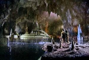 """Una scena del film """"L'isola misteriosa"""" del 1961, adattamento cinematografico dell'omonimo romanzo di Giulio Verne"""