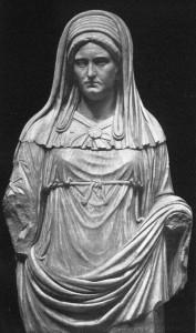 """Busto di una Vestale Massima: si nodi il nodo particolare che chiude la veste in vita, detto """"Nodo di Ercole"""" (dal Giannelli cit.)."""
