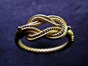 """Il """"Nodo di Ercole"""" in un anello del IV – II sec. a.C., conservato al Museo del Louvre."""