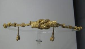 """Il """"Nodo di Ercole"""" in un diadema del III – II sec. a.C., conservato al Museo Archeologico di Taranto."""