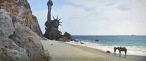 Il Pianeta delle Scimmie (Schaffner, 1968). Celeberrimo il finale con la Statua della Libertà semidistrutta sulla spiaggia
