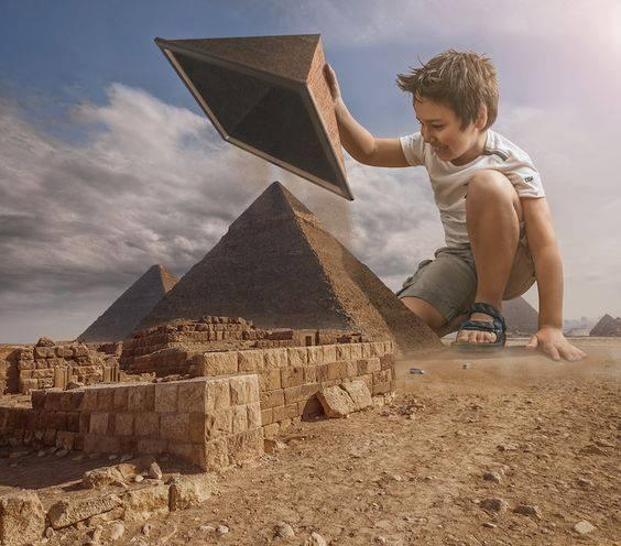 L'eterno adolescente e la plastificazione del tempio – Alessandro Caredda ©