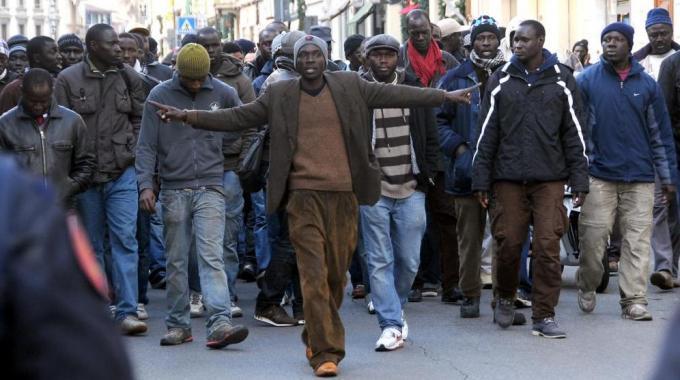 Gli immigrati africani si ribellano ai loro sinistri benefattori