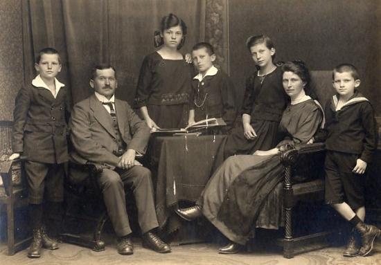 """La «sindrome degli antenati»: una psicoanalisi """"eretica"""" della famiglia – PierVittorio Formichetti"""