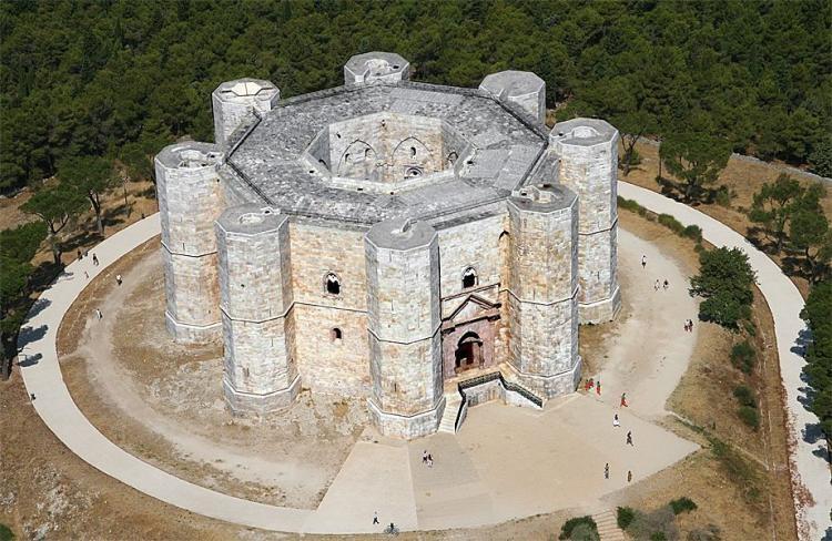 Il numero 8, l'ottagono, lo Stupor Mundi ed il Castel del Monte