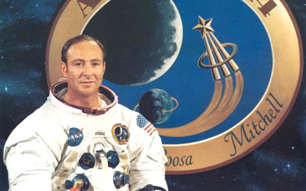 Metanoia nello Spazio: l'epifania cosmica di Edgar Mitchell, sesto uomo sulla Luna – Simöne Gall